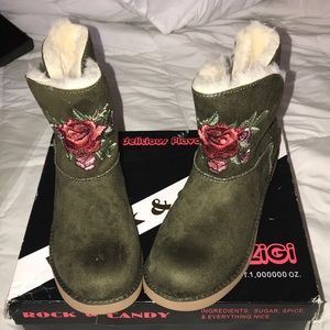 Women's (NWOT) size 7.5 Suede Army Green  booties